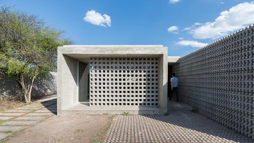 agustin lozada mélange le béton et le verre pour une paire de logements à bas prix en Argentine