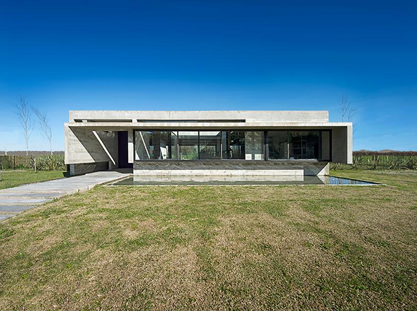 L'habitation en béton de Luciano Kruk maintient la sensation ouverte malgré le matériel