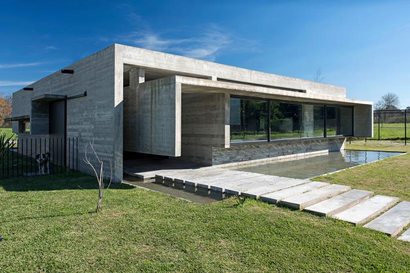 luciano kruk mach [19659014] le client voulait une maison en béton avec un plan ouvert et une cour centrale </p> <p> <img class=