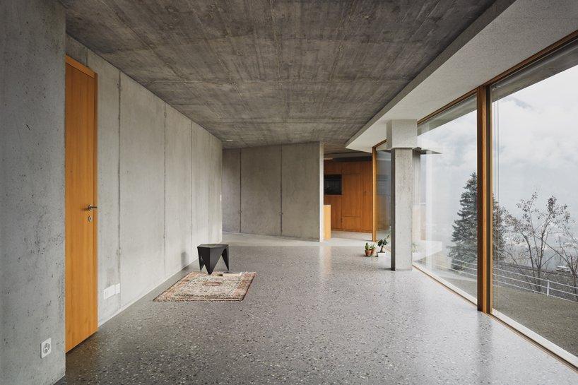 Angela Deuber Architects conçoit une maison privée à Thusis, en Suisse designboom