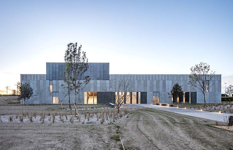Randja Architects achève un parc technologique robuste pour la pierre et le béton en France