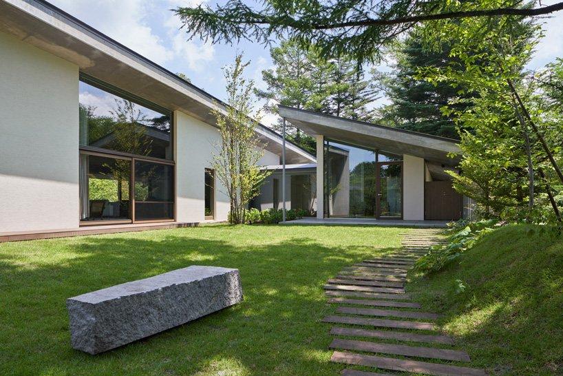 Read & Architects en tête de la `` maison symbiotique '' avec un toit en béton incliné à Karuizawa, Japon