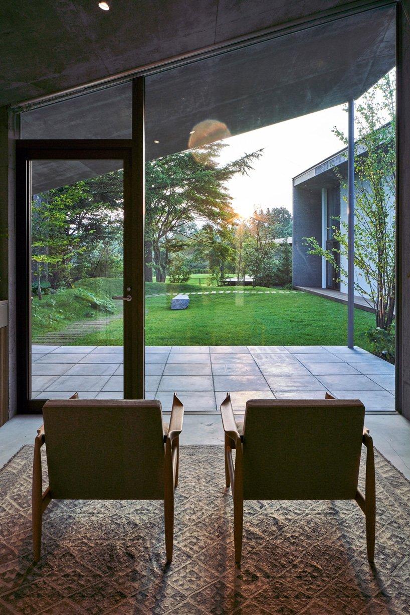 les baies vitrées relient la maison au paysage environnant