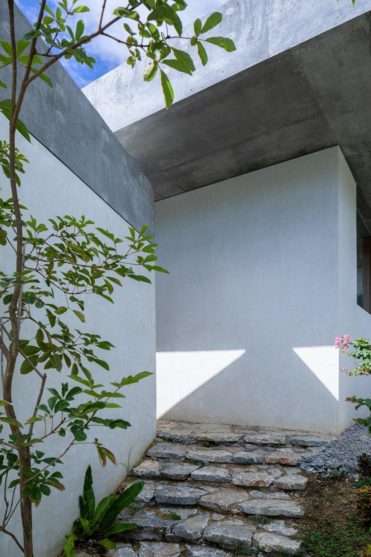 La maison en béton des architectes du studio cochi s'ouvre vers le paysage luxuriant de l'île d'Okinawa