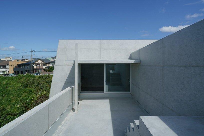 Les architectes kazunori fujimoto construisent une maison en forme de fort au Japon avec un extérieur en béton épais