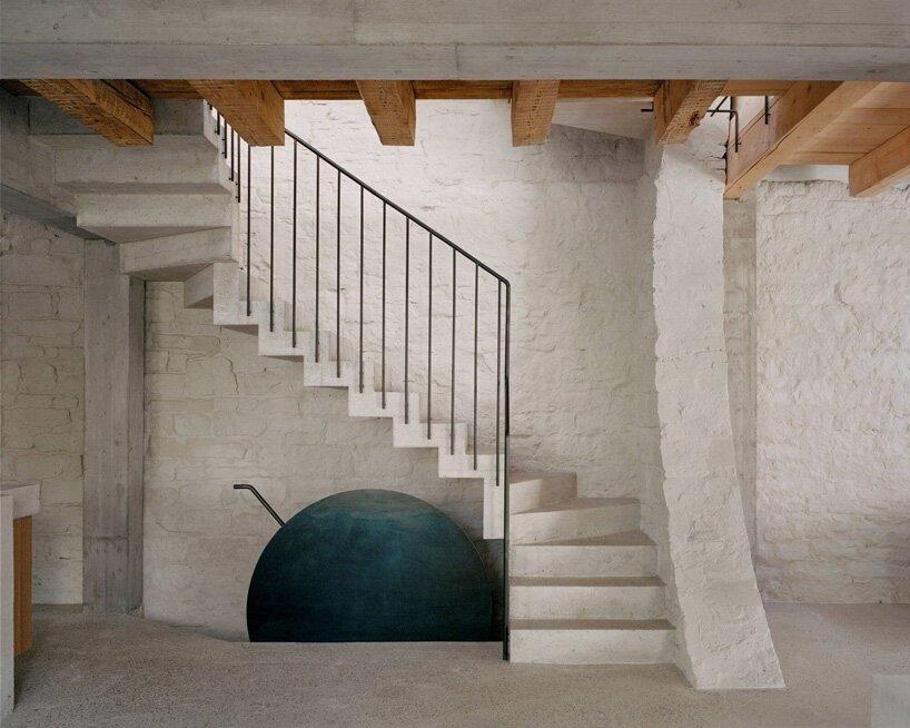 Buchner Bründler Architekten convertit la maison de transport de Bâle en résidence en béton minimal