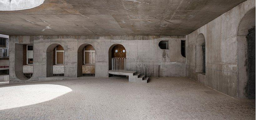 DJarquitectura installe une structure en béton en spirale pour des actes créatifs dans la cour de l'université, en Espagne