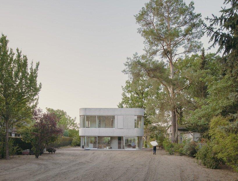 Augustinundfrank / Winkler Architekten définit une maison en béton incurvée au bord d'un lac en Allemagne