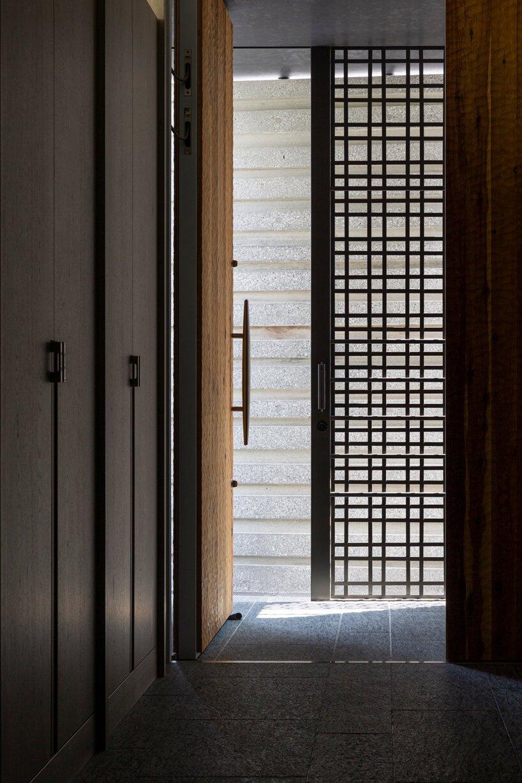 Les façades en béton nervuré enveloppent la `` maison ordinaire extraordinaire '' de l'architecture de l'amour à Tokyo