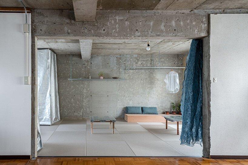 L'architecture nanométrique préserve l'intérieur en béton apparent dans la rénovation résidentielle au Japon