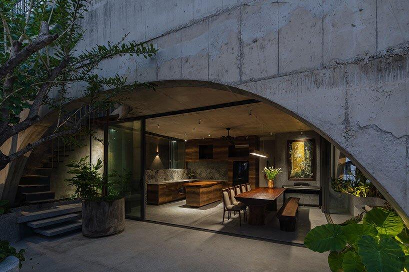 H2 Architects conçoit sa maison de hoa remplie de plantes avec des géométries en béton tendre