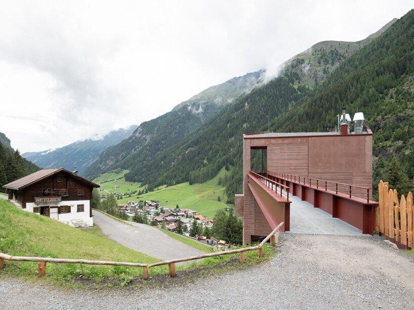 musée du bouquetin st.  Leonhard fait écho aux fermes historiques en bois avec du béton rouge
