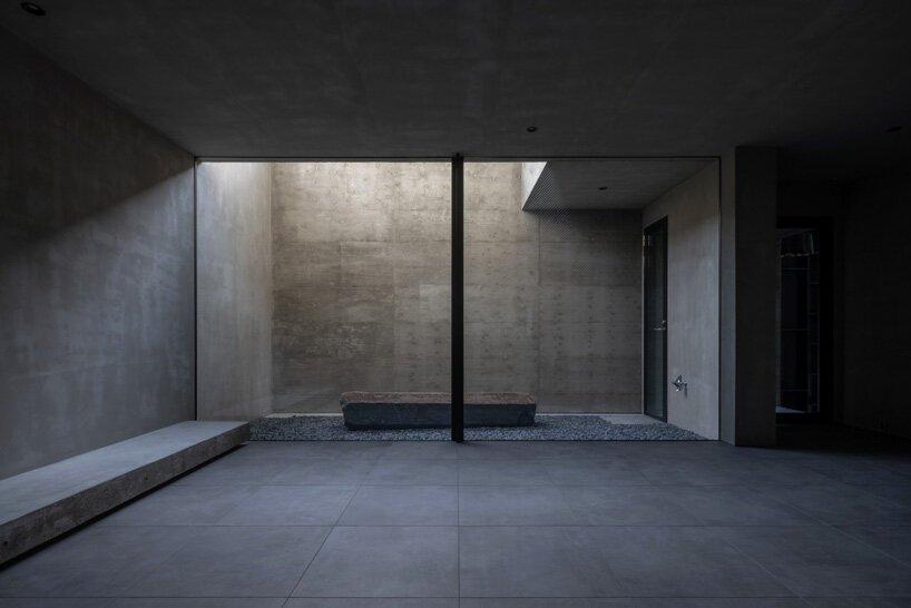 Un atrium de cinq étages apporte de la lumière naturelle dans l'immeuble en béton de Keitaro Muto au Japon