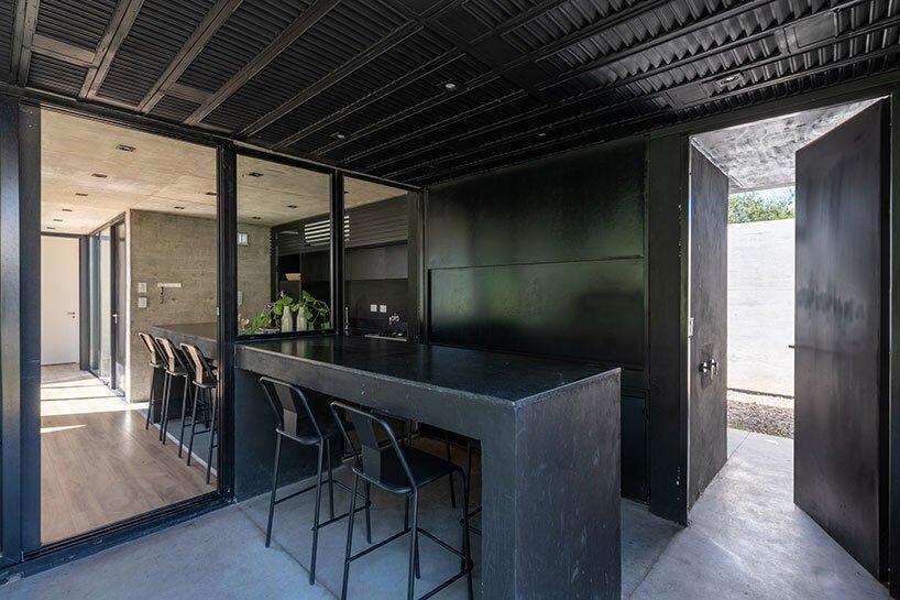 Le studio GRUPO organise sa casa SI comme une composition résidentielle en béton en argentine