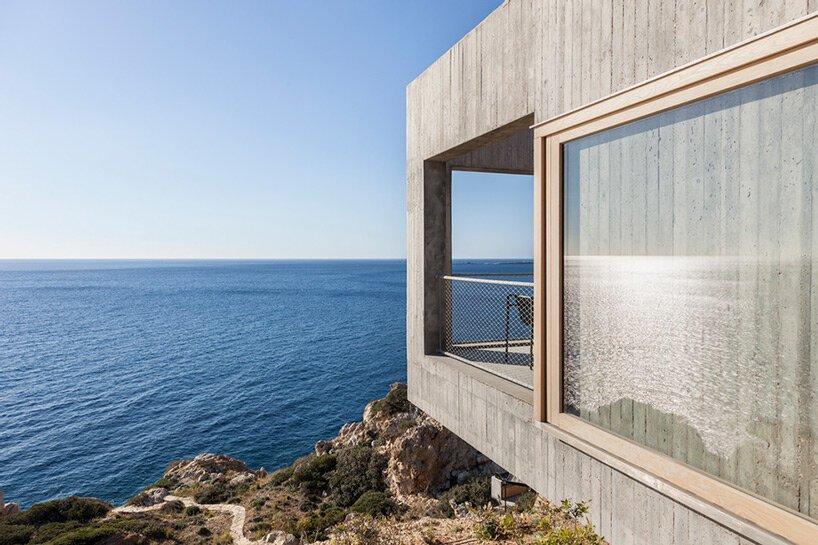 résidence en béton géométrique à karpathos, grèce, bénéficie d'une vue généreuse sur la mer égée