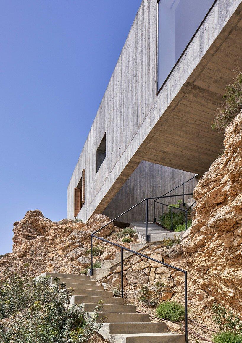 la résidence géométrique en béton des architectes OOAK à karpathos, en grèce, bénéficie d'une vue généreuse sur la mer Égée