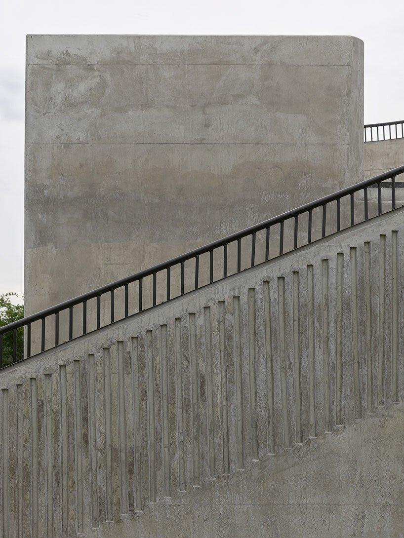 la tour d'observation d'andrénfogelström apparaît comme un objet monolithique dans le paysage suédois