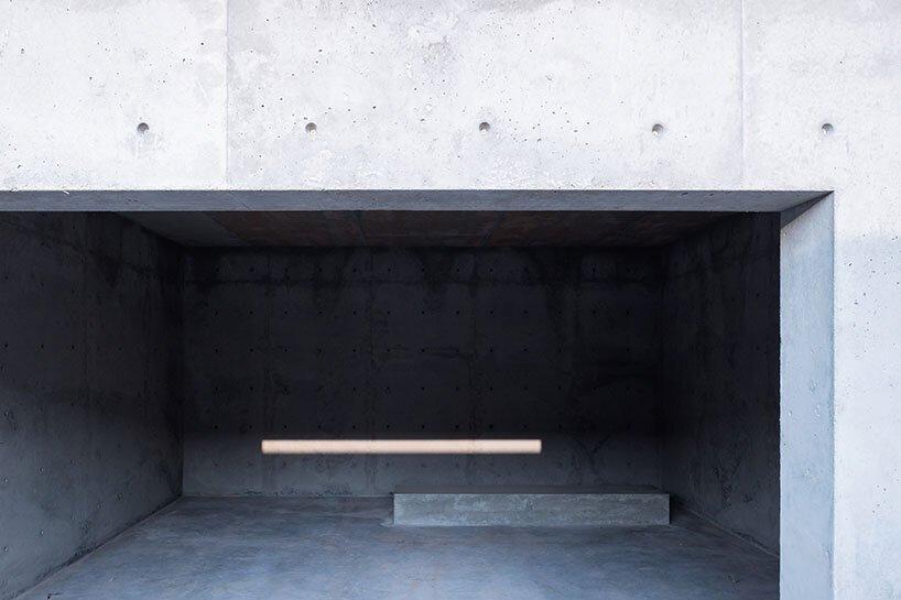 l'atelier david telerman sculpte 'mcneal 020', une pyramide à gradins descendant dans le désert