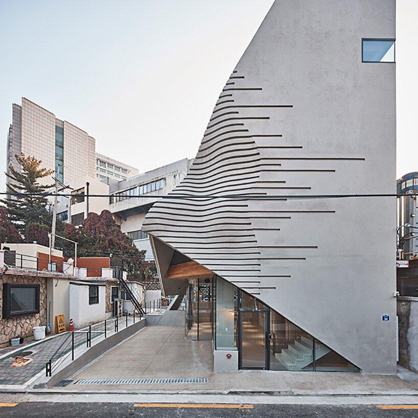 Le spa pyramidoïde en béton de chiasmus se démarque dans le tissu urbain dense de Séoul