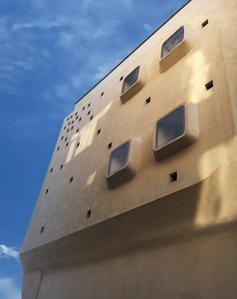 les angles incurvés, les fenêtres extrudées et les points carrés caractérisent le bâtiment futuriste en iran