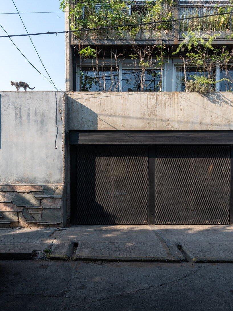 Trois maisons verticales composent le bâtiment « triptico » en béton à Cordoue, Argentine